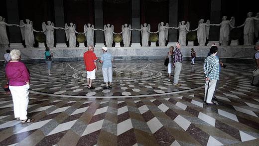 34 déesses de la victoire font la ronde au-dessus de la marqueterie de marbre.