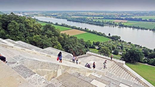 Au pied du temple, les escaliers monumentaux et le Danube.