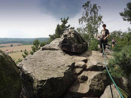 Une promenade à saute-moutons par-dessus les rochers, avec de jolies vues des deux côtés de la crête.