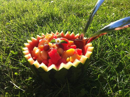 Einfach mal Obstsalat in einer halben Wassermelone ^.^