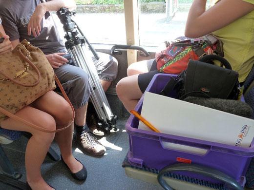 """Auf gehts zum nächsten Drehort, natürlich """"nachhaltig"""" mit der Straßenbahn"""