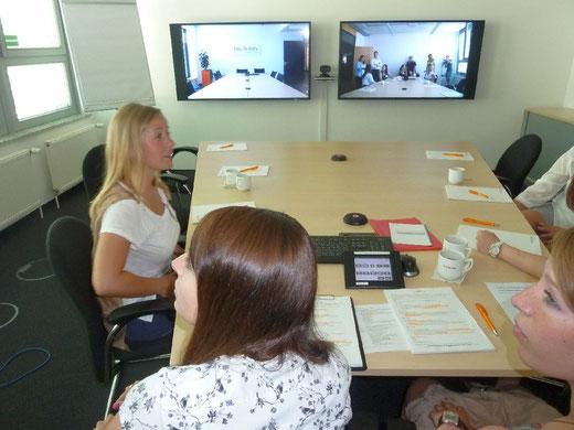 Und zum Anfang gleich ein Interview im Rahmen einer Videokonferenz mit der Firmenzentrale in Frankfurt - nicht gerade der einfachste Beginn