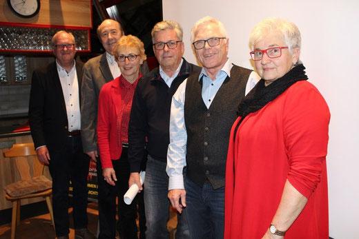 Vize Siegfried Rall (von links), Professor Dr. Wolfgang Faigle, Schriftführerin Brigitte Jetter-Faiss, der dritte Vorsitzende Bernd Effinger, Vereinschef Norbert Majer (wiedergewählt) und Kassiererin Renate Ritter wollen am Ball bleiben. Foto: J. Dillmann