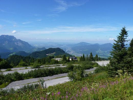Von der Roßfeld-Panoramastraße bietet sich ein herrlicher Ausblick über die umgebende Bergwelt bis hinaus nach Salzburg