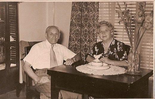Willy Kamm und Thekla Kamm, geb. Sichel in ihrer Wohnung in Tel Aviv