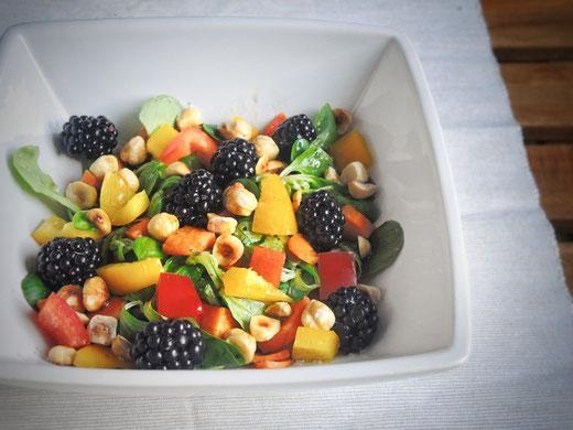 Fruchtiger Feldsalat mit Beeren & gerösteten Haselnüssen