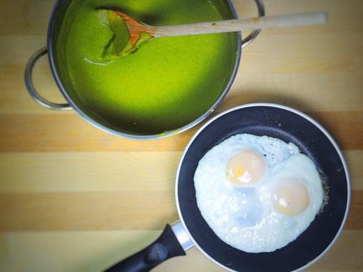 Cremiger Kokos-Mangold mit Spiegelei