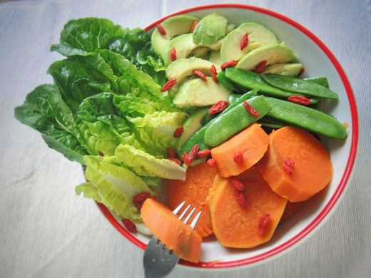 Süßkartoffeln mit Avocado & Gojibeeren
