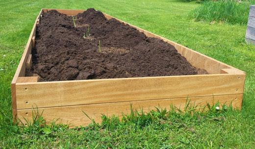 Das Spargelbeet wird mit weiterem Humus / Gartenerde aufgefüllt