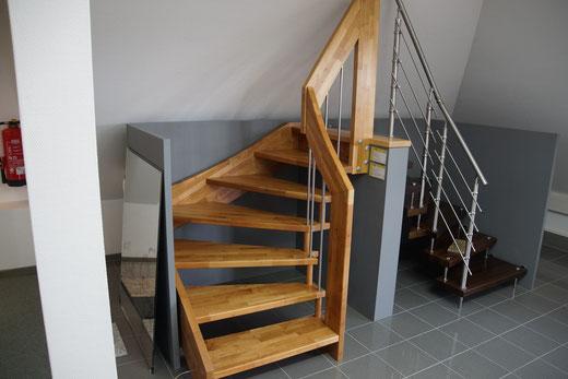 Treppe Model 'Bellus' - bei uns komplett in weiß und Edelstahlbolzen (ohne Wange) sowie Edelstahlsprossen