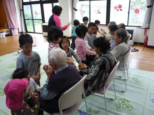 おばあちゃんとお手合わせのわらべうたをしています!