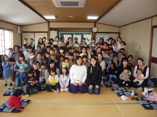 子どもは、遊びを通して、仲間との関係を育み成長していきます。母と子のふれ合い遊びはその第一歩。わらべうたは日本伝統の子育て遊びです!!