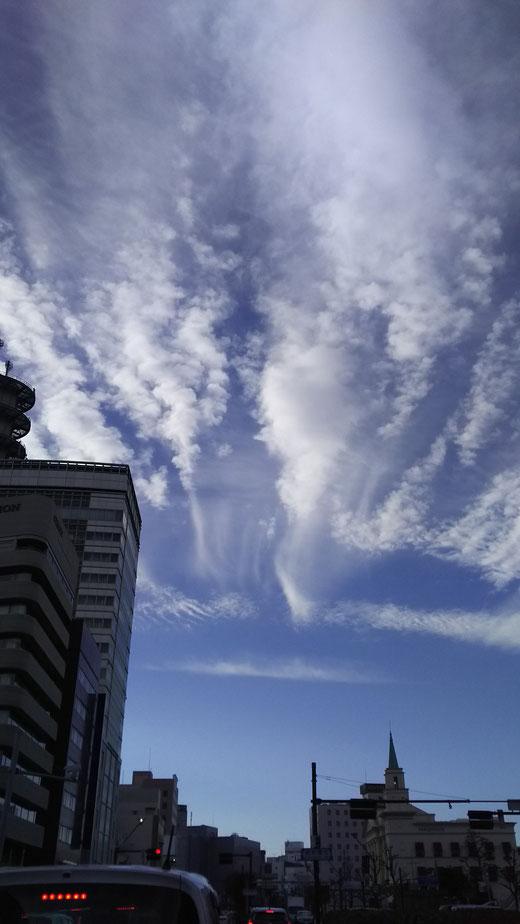 うわぁ~ 長野東急のあたりに、空から天使が舞い降りてきそうー