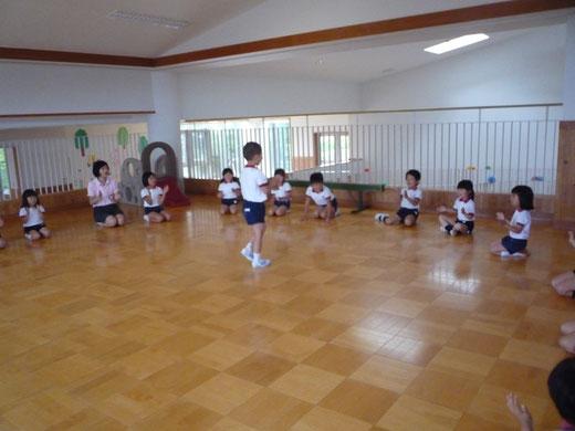 役交代遊び〝ほーたるこい〟です。役をもらった子どもは、クラスの仲間の手拍子に合わせて、歌の拍を身体全体で感じながら歩きます。