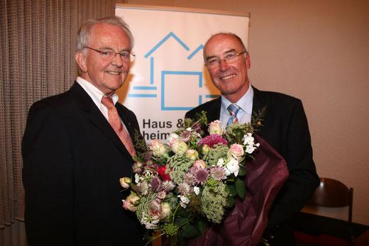 Wilfried Gothe (r.)  - 25 Jahre Geschäftsführer von Haus & Grund Neheim Hüsten. Versitzender Gerd Schulte gratuliert. Foto: hug