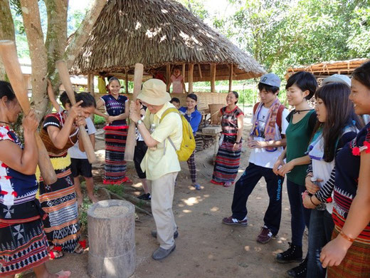 カトゥー族の生活を体験する参加者