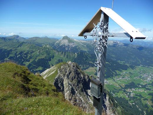 Blick vom Gipfel des Elfer`s / links vom Gipfelkreuz das Gottesackerplateau, rechts im Bild ist Hirschegg zu sehen