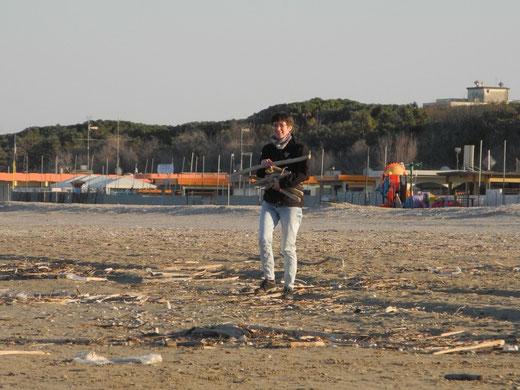 Sammeln von Treibholz am Mittelmeer
