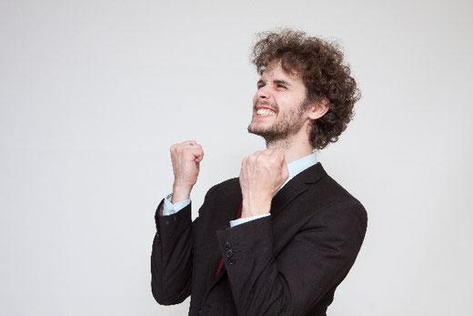 対人恐怖症 あがり症 恐怖症 解消 改善 喜ぶ 幸せ 両手をあげる 外人 男性