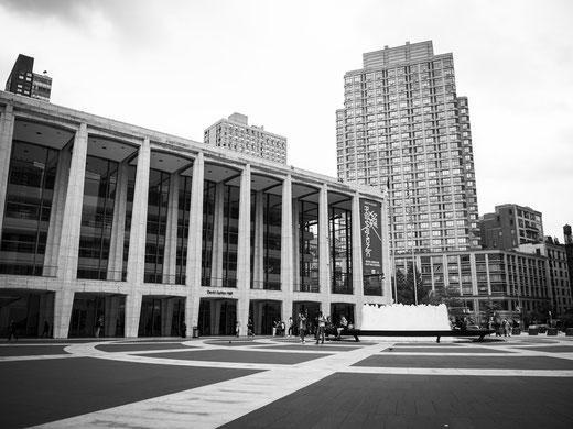 Die David Geffen Hall gehört zum Lincoln Center, dem Hochkulturzentrum New Yorks. Darin sind die New York Philharmonics beheimatet.