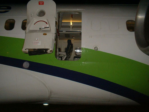 Geöffnete Tür einer MD-83 der Jetsgo/Courtesy: Flight Attendant