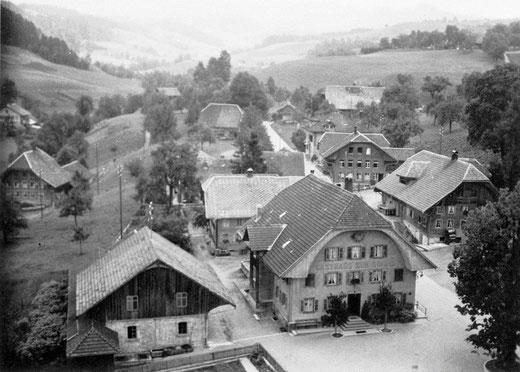 Luthern Dorf, Sicht vom Kirchturm mit Gasthaus Sonne in Richtung Luthern Bad, Foto Ferdy Zettel  (LD 15)