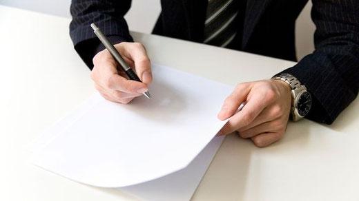 Bewerber sollten den Small Talk zu Beginn ihres Vorstellungsgesprächs ernst nehmen: Wer hier punktet, hat oft gute Chancen, den Job zu bekommen.  |  © cydonna/photocase.de