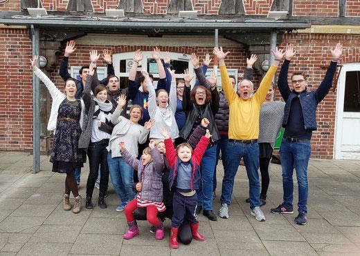 Die erfolgreichen Teilnehmer der Ü20-Juleica Grundausbildung im Februar/März 2018 mit ihren Referenten vorm Buxtehuder Freizeithaus