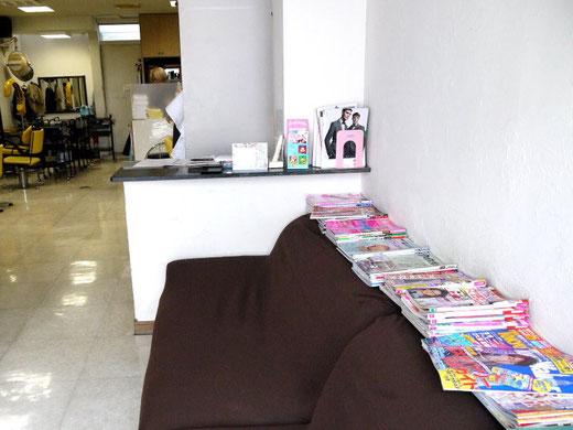 待合室にはゆったりとくつろげるソファーとたくさんの雑誌が・・