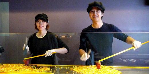 キャンディーをカットする店長(右)とスタッフ