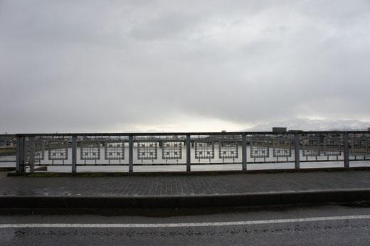 モノクロームの朝。渋滞する「荒川橋」の途中にて。