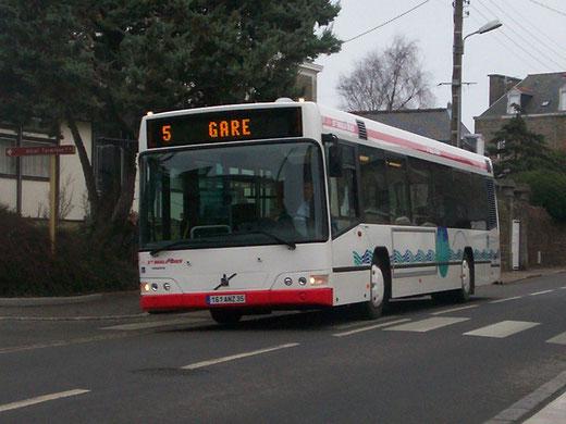 Premiers tours de roue pour le n°65 dans sa belle livrée rouge; il se dirige vers La Grassinais, via la Gare. ©Popol