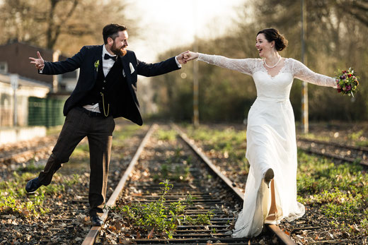 Hochzeitsfotos auf Gleisen am Krefelder Nordbahnhof mit Spaß und viel Liebe.