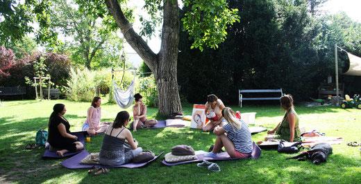 Hebammeneinheit im Schatten des Nussbaums. In den Sommermonaten verlegen wir Teile des Kurses nach Bedarf in den Garten.