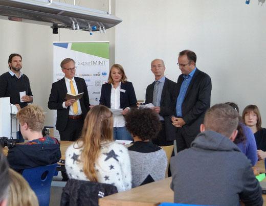 Dr. Agnes Heinemann v.l. Manuel Mai (FH Bielefeld), Holger Nußbeck (experiMINT), Natalie Schneider (Solihde), Thomas Gehring (Miele), Martin Knabenreich (Bielefeld Marketing) – experiMINT Herbstcamp 2016