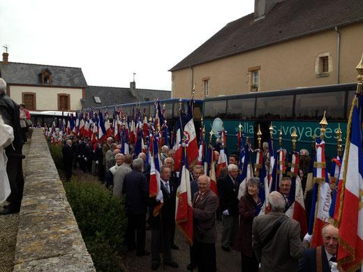 Arrivée des congressistes pour la cérémonie au Monument aux Morts de Graignes
