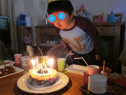 バースデーケーキ ロウソクの火を消す瞬間