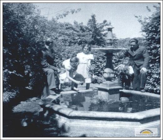Familie von Max Liebermann am Springbrunnen nahe dem Goethehaus