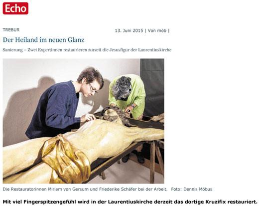 Die Restauratorinnen Miriam von Gersum (links) und Friederike Schäfer bei der Arbeit am Kruzifix in Trebur. Link zum Bericht über die Restaurierung von Echo Online.