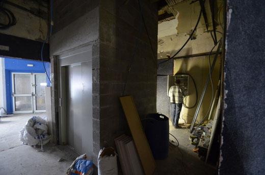 Patrick prépare le réseau électrique du couloir et le TGBT au rez de chaussée. Un diagnostic a été fait par l'APAVE le 26 février
