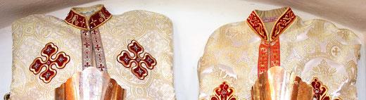 Koptische Hochzeitsgewänder und Kronen für das Brautpaar. Foto: Jennifer Peppler