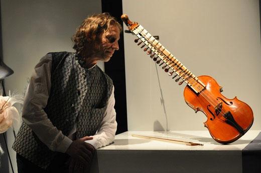 """Adam et son nouvel instrument, au salon """"Talents d'Uzès"""""""