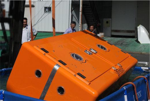 屋外で津波シェルターのスイング機能体験1