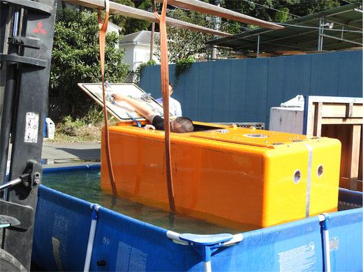 屋外で津波シェルターのスイング機能体験2