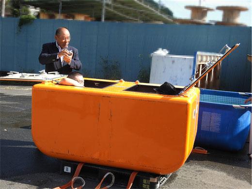 屋外で津波シェルターのスイング機能体験3