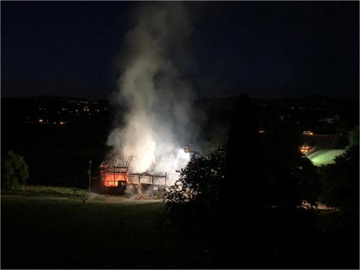 Gegen 22.30 Uhr: Das Feuer scheint unter Kontrolle. Bild: Suzan Honegger