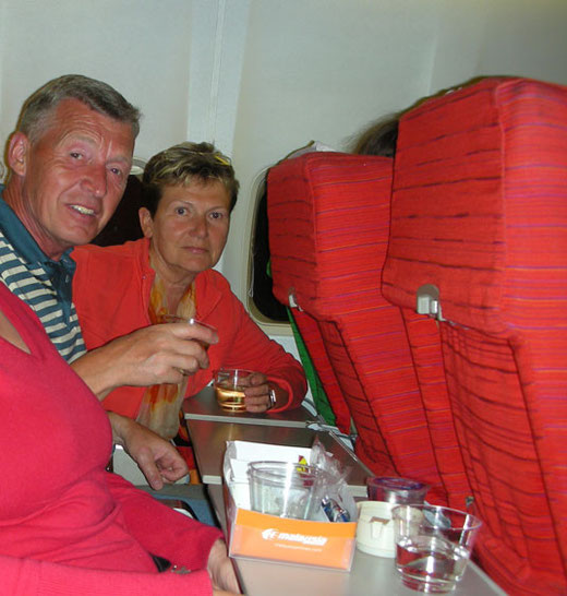 Nach 2 Stunden Flug lächeln wir noch, aber der Rückflug ist lang