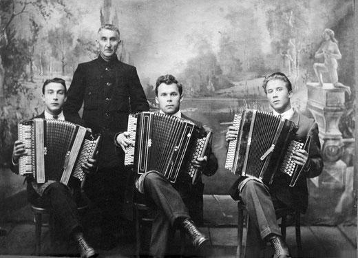 Шмаков М.М. с сыновьями Иваном, Николаем, Дмитрием ( со своими рояльными баянами)