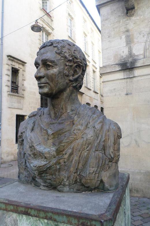 Non loin, le buste d'Ausone, poète latin du IVe siècle