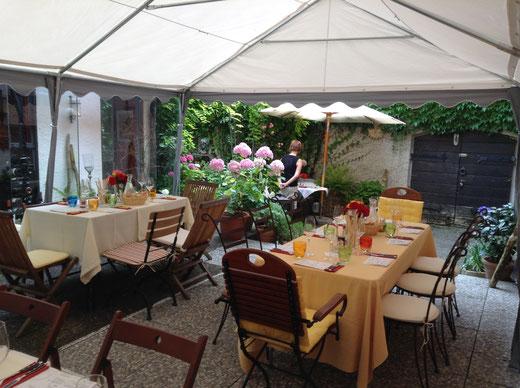 Wein-und Käseprobe im Sommer in der GenussWerkstatt im Garten